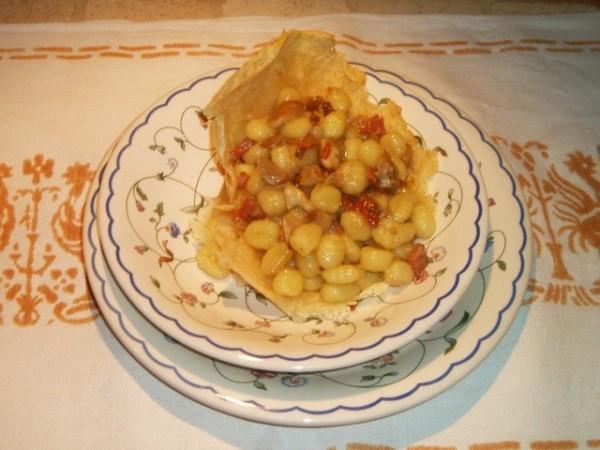 Gnocchetti speck e porcini su cialda di parmigiano