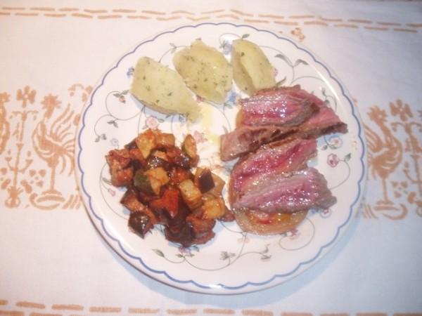 Tagliata con pomodori caramellati e crema di patate alle erbe