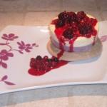 mousse cioccolato bianco frutti di bosco su cialda