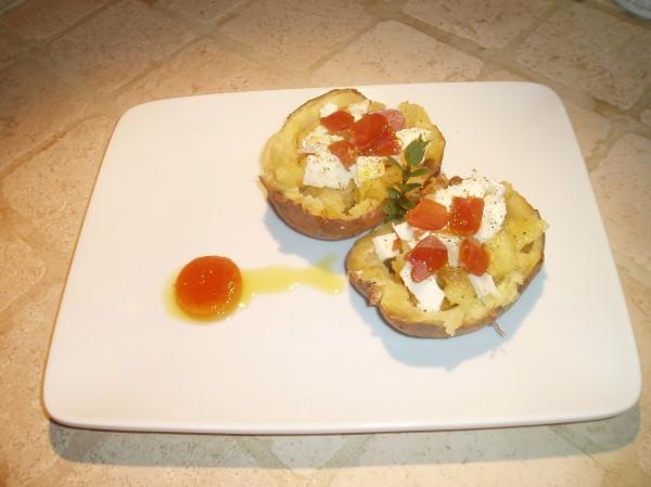 Patata al cartoccio con bufala, bottarga e uovo marinato
