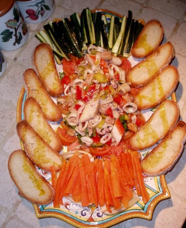 insalata di mare con verdure e bruschette all'aglio