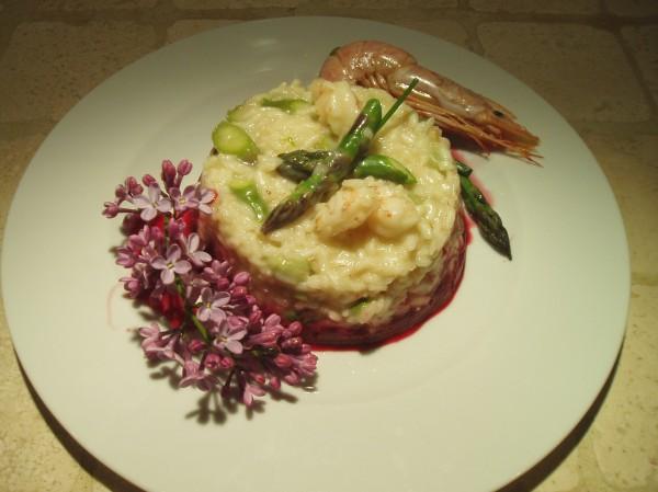 Risotto, asparagi, fave e gamberi mantecato al brie su crema di rapa rossa