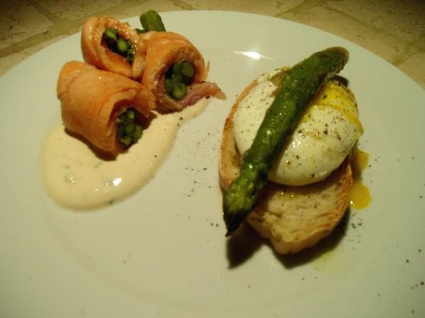 Rotolini di Salmone e Asparagi con Uovo in Camicia