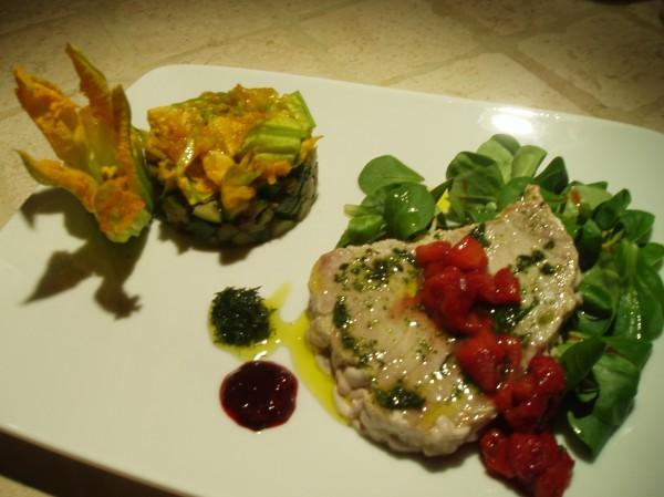 Tagliata di tonno in salsa di fragole e balsamico con tartare di zucchina e i suoi fiori