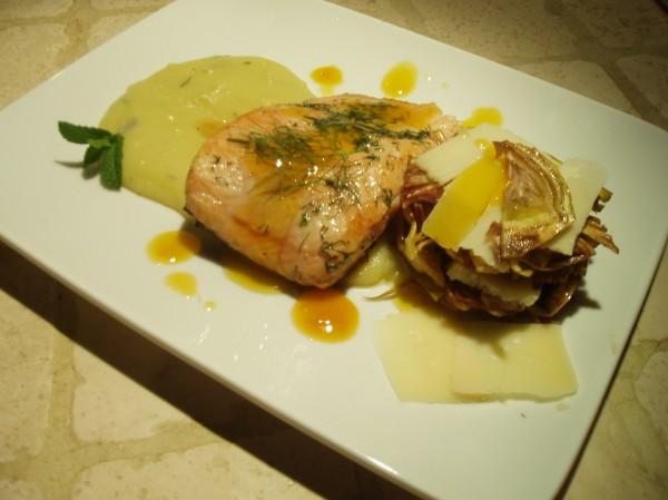 Trancio di salmone all'arancia con carciofi crudi e grana su crema di patate