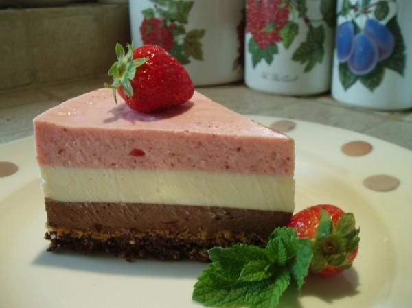 Bavarese allo yogurt con fragole, cioccolato bianco e fondente