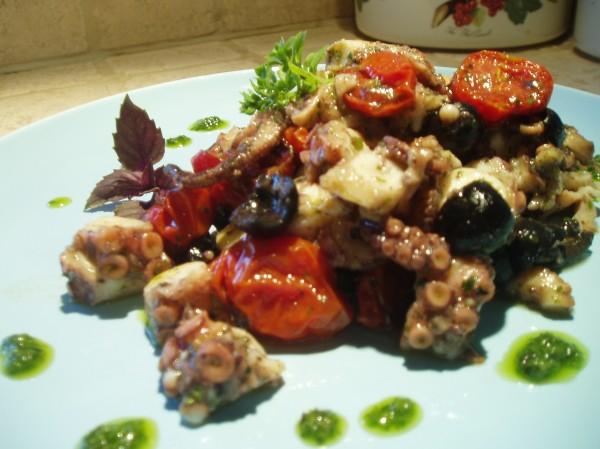 Insalata di polpo al pesto di erbette con pomodorini confit e olive nere