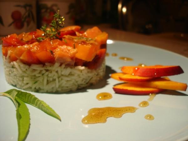 Tartare di salmone e pesche alla Vernaccia e timo con riso basmati profumato all'erba cedrina
