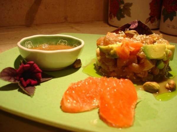 Ceviche di tonno al pompelmo rosa con avocado e pistacchi
