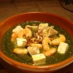 Mediterraneo - Crema di bietole profumata all'aglio con gamberi, calamari, feta e peperoncino