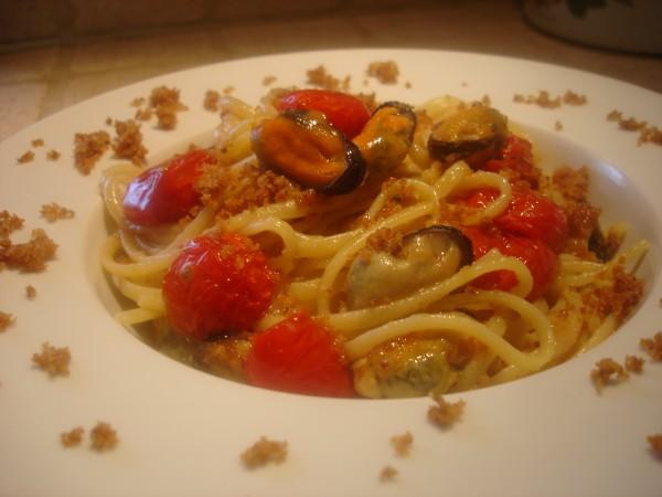Linguine in Olio Aromatico con Pane Croccante, Cozze e Pomodorini