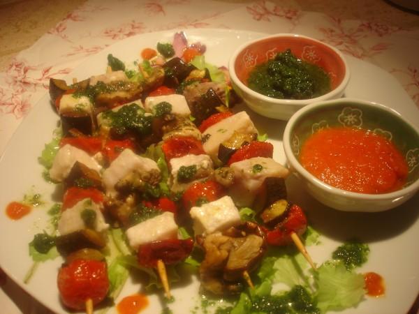 Spiedini di Pesce Spada e Verdure con Pesto di Rucola e Crema di Pomodoro alla Paprika