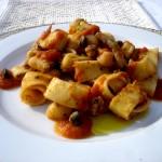 Calamarata di pasta e pesce con patate e capperi in salsa di pomodori arrostiti