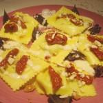 Ravioloni Ricotta e Spinaci con Pomodori Secchi e Mandorle su Fonduta di Parmigiano