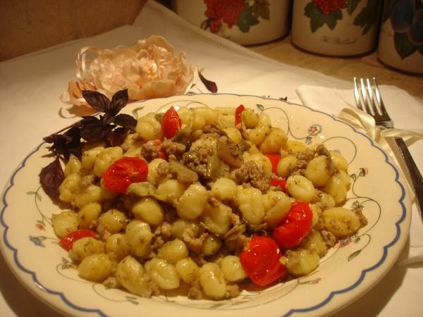 Gnocchi al sugo di Salsiccia, Carciofi e Pomodorini