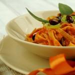 Tagliatelle al Pesto di Peperoni e Mandorle con Pecorino e Porro