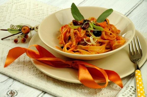 Tagliatelle al Pesto di Peperoni e Mandorle con Pecorino e Porro 2