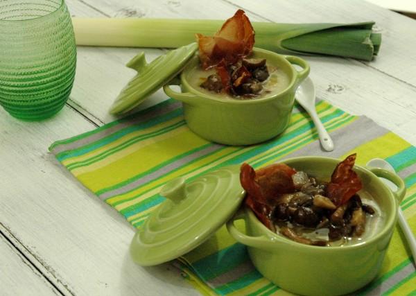 Zuppa cremosa di patate, porro e sedano rapa con pioppini e speck croccante 2