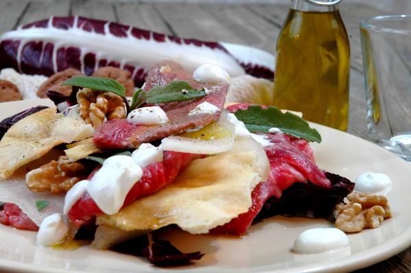 Carpaccio tiepido al radicchio e noci con fondutina di Caprino e sfoglie all'olio