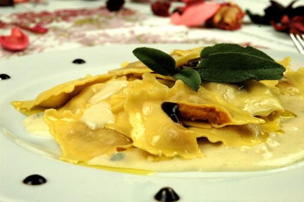 Tortelli di Zucca in crema burrosa di parmigiano e tartufo con essenza di Balsamico 2