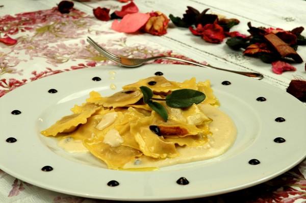 Tortelli di Zucca in crema burrosa di parmigiano e tartufo con essenza di Balsamico