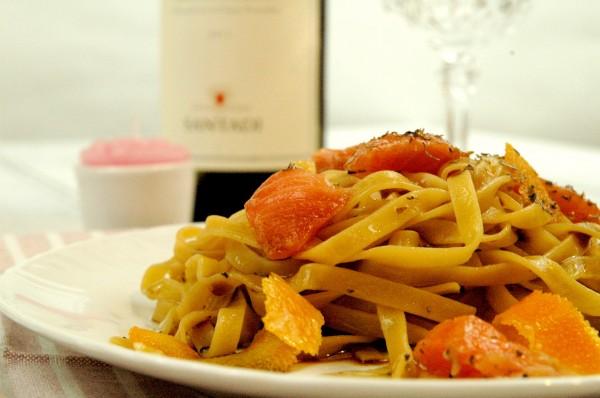 Tagliatelle in emulsione di soia con fiocchi di Salmone marinato alle erbe e Arancia candita