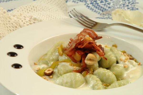 Gnocchi verdi alla fonduta di Parmigiano con Nocciole, Porri e Chips di Mortadella 3